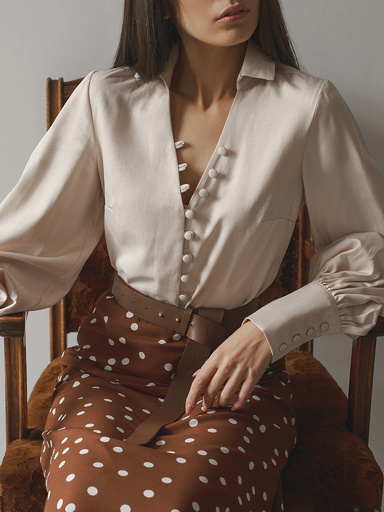 Shirt with voluminous sleeves and miniature buttons