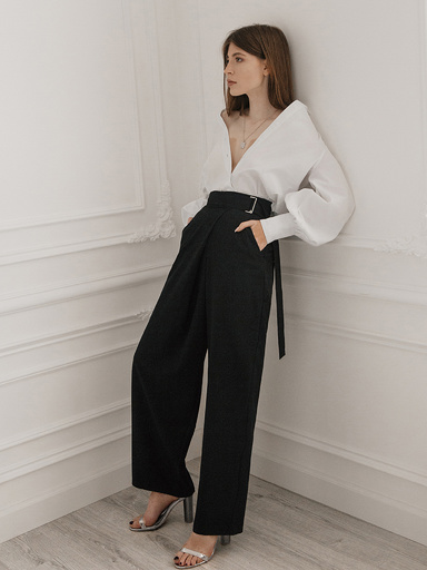 Loose trousers with a high fit