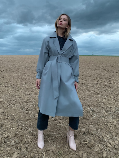 Trench loose-fitting with a belt and straps on the sleeves